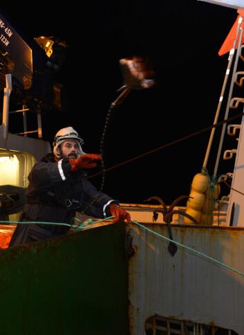 Julius Nielsen setter langline etter håkjerring. Det er kraftig utstyr som brukes; 12 mm tau, kjetting til forsyn og fiskekroker i størrelse ekstra-stor. (Foto: Kim Præbel)