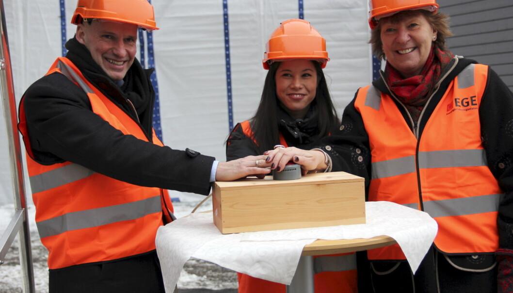 Oslos ordfører Marianne Borgen (til høyre) og byrådene Lan Marie Nguyen Berg og Geir Lippestad starter opp testanlegg for karbonnegativ teknologi på Klemetsrud 25. januar. (Foto: Alister Doyle, Reuters/NTB scanpix)