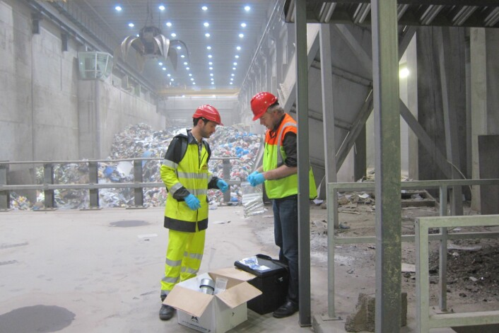 Hans Peter Arp og Nicolas Morin fra NGI forbereder utstyr for prøvetaking av miljøgift i et forbrenningsanlegg. (Foto: NGI)