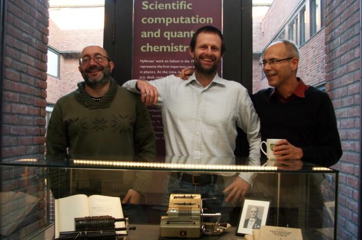 Michele Cascella (til venstre), Thomas Bondo Pedersen og Trygve Helgaker var med på å finne den tredje typen kjemisk binding, som nå skal påvises blant stjernene. (Foto: Bjarne Røsjø, UiO)
