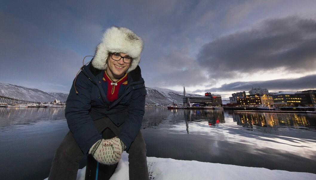 – Møtet med byen ble en vekker i forhold til hvem jeg er og hvilke verdier jeg har med meg, sier Lars Helander. Han liker Tromsø, men er likevel veldig klar på at han vil flytte tilbake til Sápmi når han er ferdig utdannet psykolog. (Foto: Stig Brøndbo)