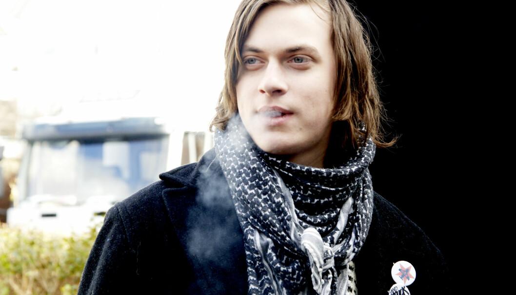 Det er mye røyking i filmen «Mannen som elsket Yngve», en av de mest populære filmene på kino i 2008. Her er det Helge, kompisen til hovedpersonen Jarle Klepp, som damper i en av 26 røykescener. Filmen hadde aldersgrense 11 år. (Foto: Motlys/Sandrew Metronome Norge)