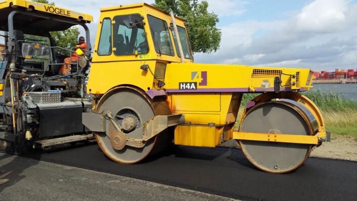 Bioasfalten ble lagt på 50 grader lavere temperatur enn vanlig asfalt – det bidrar også til å spare miljøet. (Foto: Wageningen UR Food & Biobased Research)