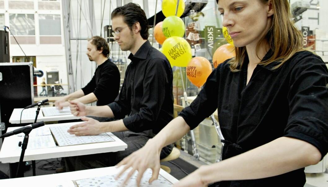 Samtidsmusikk under Happy Days Sound Festival, utført av Amund Sveen, Erik Dæhlin og Tora Ferner Lange på Oslo City kjøpesenter tilbake i 2007. (Foto: Mimsy Møller, Dagsavisen/Samfoto, NTB scanpix)