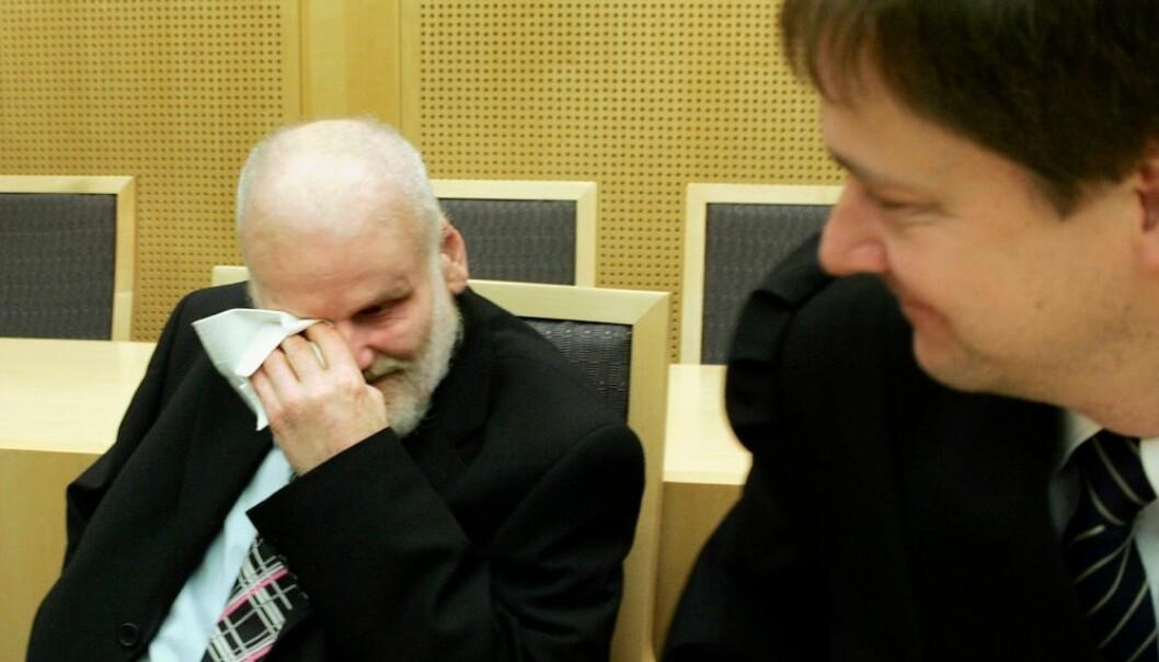 Fritz Moen gråt da han ble frikjent for drapet på Sigrid Heggheim, som han har sittet 18 år i fengsel for. Dessverre døde han før han ble frikjent for drapet på en annen kvinne. Til høyre Moens forsvarer, John Christian Elden. Dette justismordet er et av de verste i Europas nyere historie. (Foto: Heiko Junge, NTB scanpix)