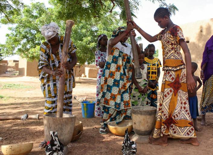 Kvinner fra Vest-Afrika med kjoler av voksbatikk. (Foto: Alexander Parlay, Creative Commons Attribution-Share Alike 3.0 Unported license)