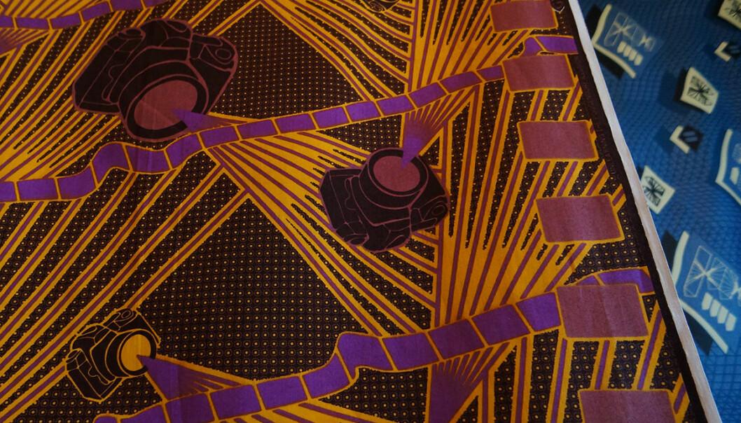 Toril Johannessen reiste til Ghana for å lage voksbatikk med motiver fra optikk og optiske illusjoner. Hun tar i bruk fysikkens lover på nye og uvante måter i tekster og grafikk. (Grafikk: Toril Johannessen, fra utstillingen Unlearning Optical Illusions, Norsk Skulpturbiennale 2015, Vigelandsmuseet)