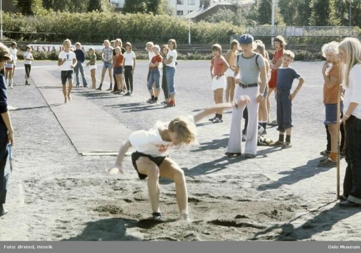 Barn i bevegelse på Frogner stadion, en gang mellom 1975 og 1980. Er dagens unger mindre aktive? (Foto: Henrik Ørsted, Digitalt Museum)