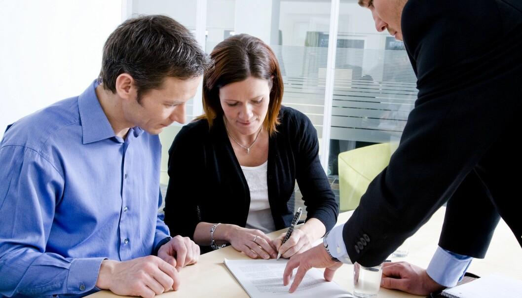 Når banker skal vurdere lånesøknader, kan de enten gjennomføre en grundig kredittvurdering av lånesøkeren eller kreve pant som sikkerhet for lånet, ofte i form av en bygning eller annen eiendom. (Illustrasjonsfoto: Colourbox)