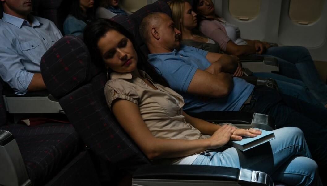 For passasjerer er det kanskje ikke et så stort problem at øyene tørker ut under flyveturen, men for personalet kan det være svært plagsomt. En ny studie tyder på at høye nivåer av ozon kan påvirke arbeidsmiljøet negativt. (Illustrasjonsfoto: CandyBox Images/Shutterstock/NTB scanpix.)