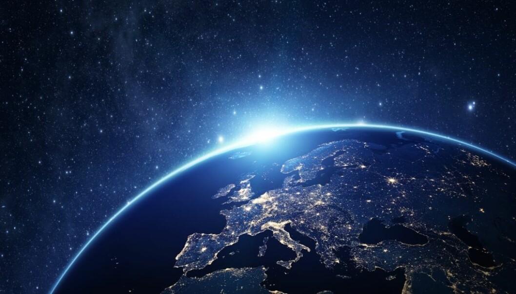 Jorden har rotert samme retning siden den «ble født» for 4,5 milliarder år siden. Men hva ville det skje hvis den plutselig valgte å rotere motsatt vei?  (Illustrasjonsbilde: rangizzz/Shutterstock/NTB scanpix.)