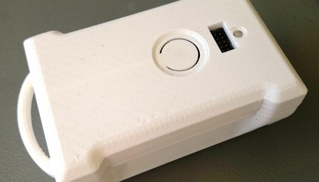 Denne dingsen registrerer alle typer fall og gjør det tryggere for eldre å bo hjemme lenger.  (Foto: Sintef)