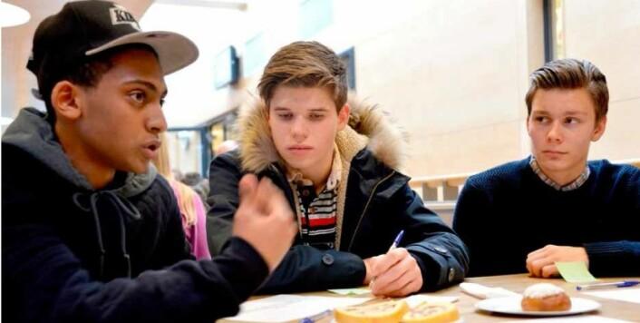 Mosad, Niklas og Preben fra Hjalmar Johansen videregående i Skien var med på dialogkafé med politikere.  (Foto: Lars Ravn )