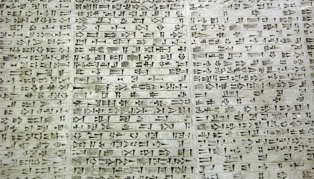Babylonsk kileskrift. Forskere har nå tydet flere steintavler, og har avdekket avanserte matematiske metoder hos de babylonske astronomene. Denne tavlen forteller om kongen Nebukadnesar II. (Foto: Prisma/NTB Scanpix)