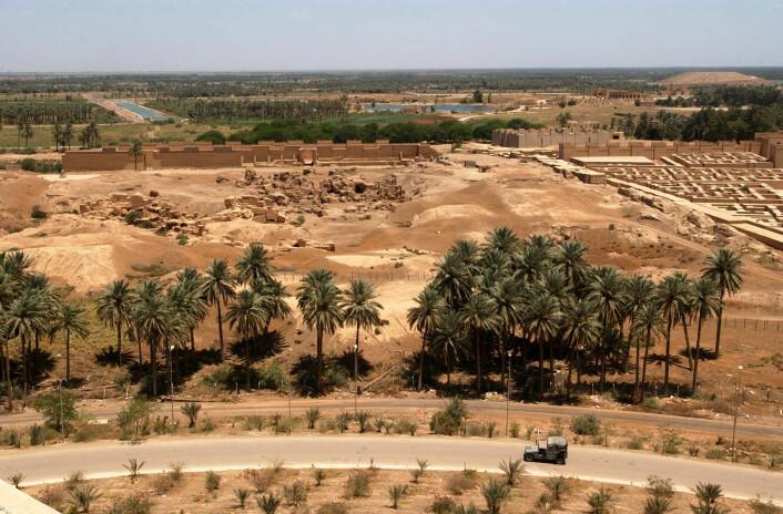 Slik ser noen av Babylons ruiner ut i dag. Dette bildet er tatt fra Saddam Husseins feriepalass, og viser noen av rekonstruksjonene som ble gjort under hans styre. (Foto: Arlo K. Abrehamson/US Navy)