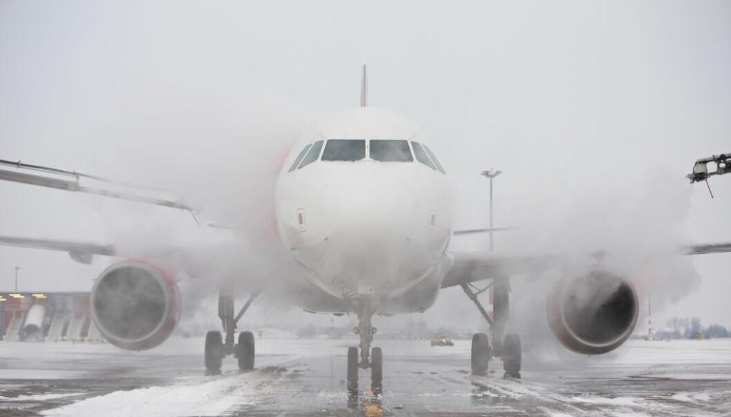 Bildet viser hvordan vingene på fly vanligvis behandles for å fjerne og forebygge is. Nå tror forskere at de har funnet fram til en enklere fremgangsmåte.  (Foto: Jaromir Chalabala/Shutterstock/NTB scanpix)