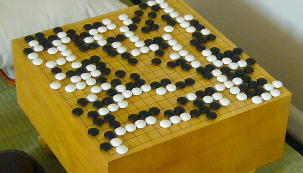 Et tradisjonelt go-brett. Dette spillbrettet kan føre til ufattelig mange kombinasjoner. (Foto: Goban1)