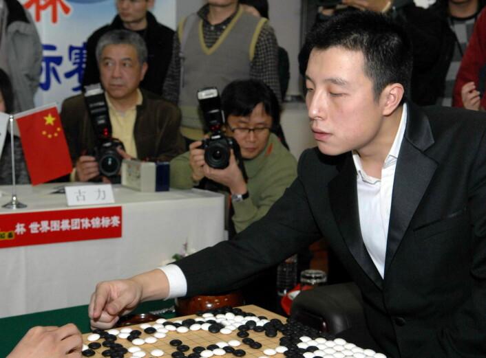 Den kinesiske spilleren Gu Li spiller mot Lee Sedol i 2009. Lee Sedol skal prøve seg mot programmet i løpet av vinteren. (Foto: Corbis/NTB Scanpix)