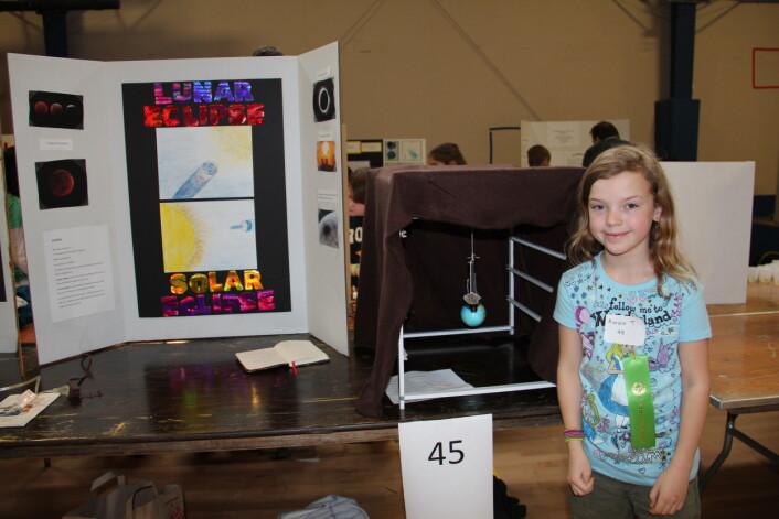 Aurora presenterer sitt forskerprosjekt på forskerutstilling i USA. (Foto: Ruth Aga)