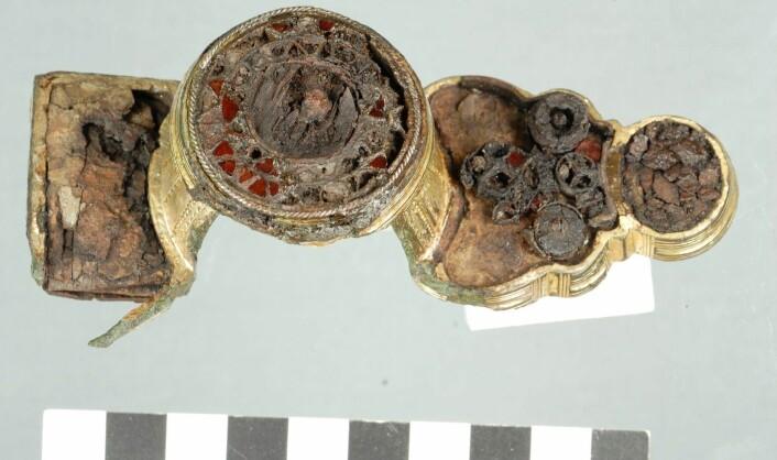 Draktspenne fra merovingertiden ( år 550-750 e.kr), bildet er tatt etter konservering. Ryggknappspennen ble funnet med metallsøker i et pløyelag der jordbruksaktiviteter hadde knekket den i fire deler. Funnsted var Hadsel i Nordland.  (Foto: Tromsø Museum)
