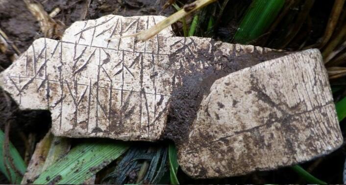 Blykors med runer fra tidlig middelalder funnet i Stavanger, Rogaland.  (Foto: Rygene Detektorklubb)