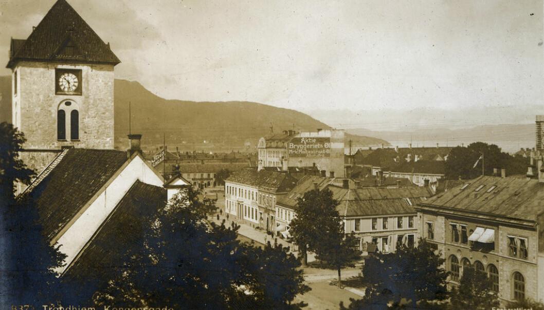 Klokke i Kongens Gade i Trondheim. Før 1895 ville den trolig vist et annet klokkeslett enn klokkene  i for eksempel Bergen.  (Foto: Mittel & Co./Municipal Archives of Trondheim/Flickr.)