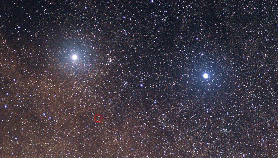 En internasjonal gruppe astronomer skal granske vår nærmeste nabostjerne Proxima Centauri for å finne ut om den har noen planeter. På nettstedet Pale Red Dot skal de blogge og twitre åpent fra planetjakten i Chiles stjerneklare ørken. Proxima Centauri er innringet i rødt på bildet. Den er en liten rød dvergstjerne, usynlig for det blotte øye. Den mye sterkere stjerna Alpha Centauri  sees øverst til venstre. Den er nesten like nær som Proxima, og stråler klart på den sørlige stjernehimmelen. Beta Centauri lyser nesten like klart til høyre for den. (Foto: Skatebiker/Creative Commons Attribution-ShareAlike 3.0 License)