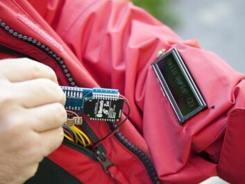 Instead of a phone screen, a display is sewn into the jacket sleeve showing a line of rolling text. A person receiving a message feels a small vibration in his or her collar.(Photo: Gry Karin Stimo/SINTEF)