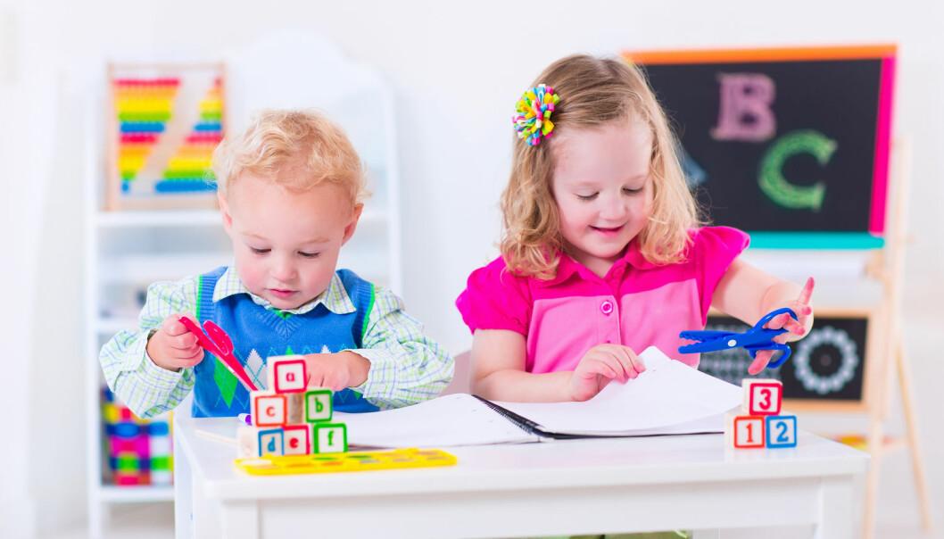 Norske barnehager driver ikke lese- og skriveopplæring slik som mange amerikanske, men også her i landet får barna erfaring med skrift lenge før de begynner på skolen. (Foto: Shutterstock)