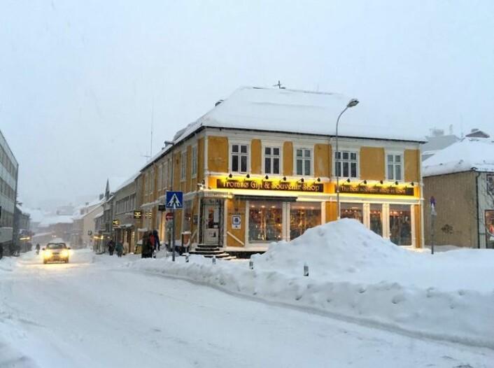 Et bilde Kari Leibowitz tok vinterstid i hovedgata i Tromsø, den nest største byen i verden nord for polarsirkelen. I denne byen har folk det bedre mentalt enn andre steder hvor det er mørkt om vinteren. Doktorgradsstudenten i psykologi mener hun kan ha forstått hvorfor.  (Foto: Kari Leibowitz)