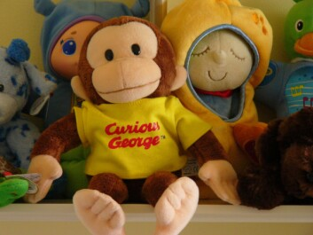 Det er ikke uvanlig at en dokke opptrer i forskning på små barn. I denne studien var det Nysgjerrige Nils, eller Curious George på engelsk. (Foto: Kathleen Tyler Conklin/flickr.com, CC by 2.0.jpg)