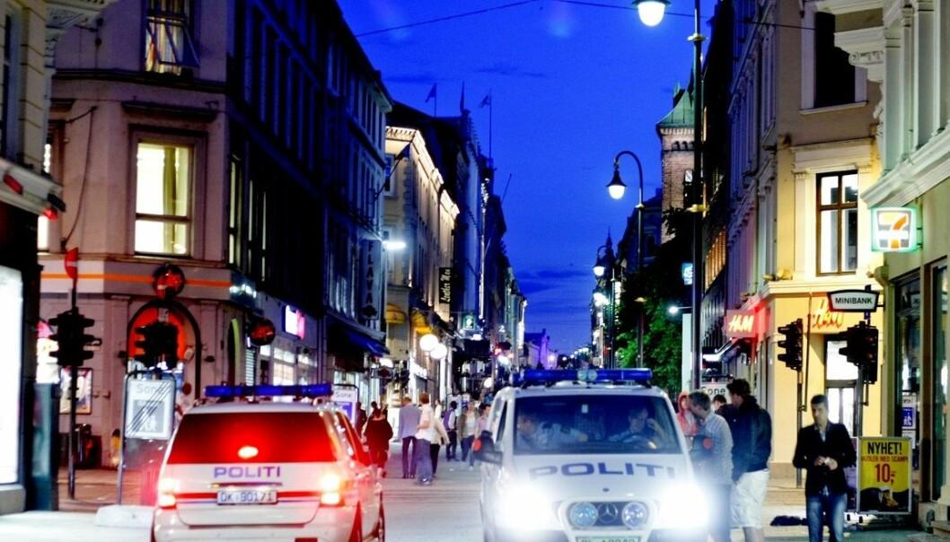 Mye av arbeidet til politiet nattestid i helgene handler om å håndtere fulle folk. De har ikke kapasitet til å slå ned på alle mindre lovbrudd, som drikking og urinering på gata. (Foto: Carl Martin Nordby, Aftenposten)