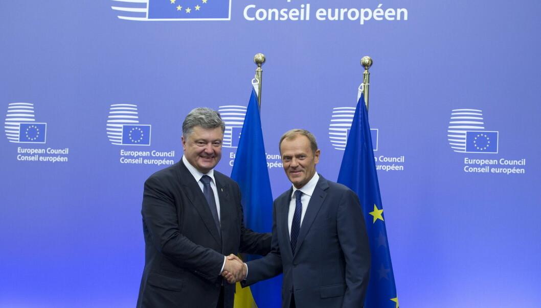 Ukrainas president Petro Porosjenko (til venstre) ønskes velkommen til Brussel av president for Det europeiske råd, Donald Tusk. (Foto: Yves Herman, Reuters/NTB scanpix)