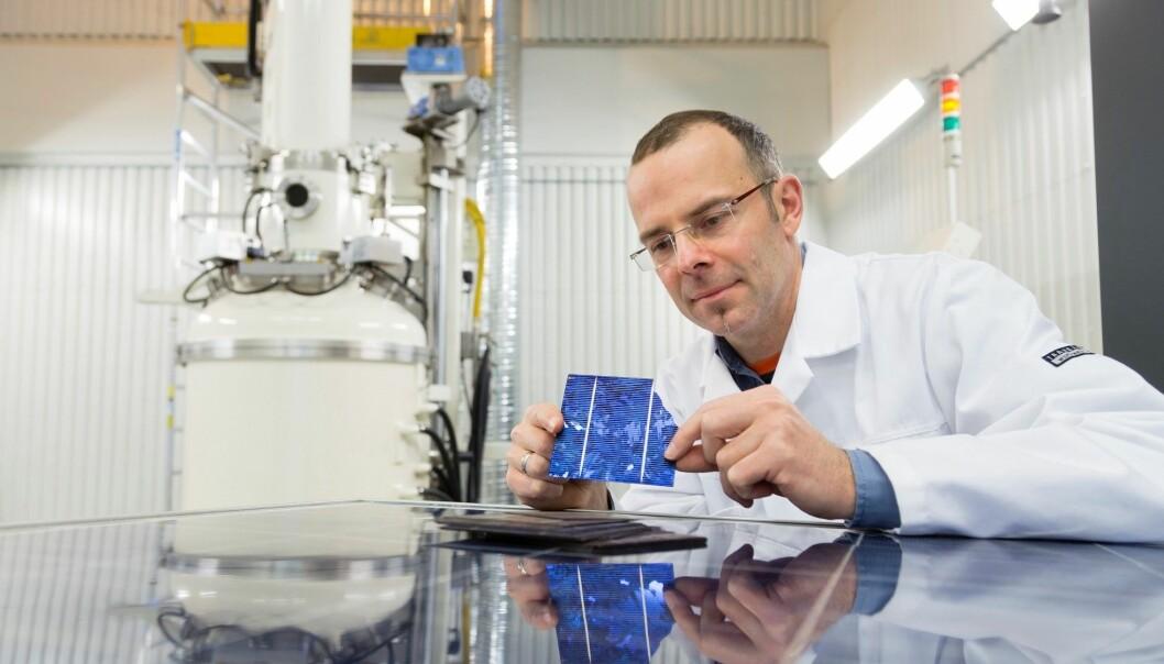 Gjenbruk av solcellematerialer som normalt ville endt på avfallsdeponier, er et av målene for EU-prosjektet «EcoSolar», som Sintef-forsker Martin Bellmann koordinerer.  (Foto: Thor Nielsen, Sintef)