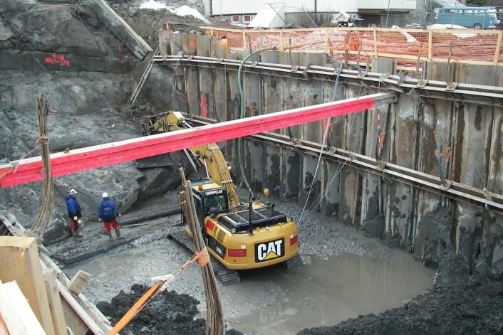 Ofte lekker det vann inn i byggegropen. Selv små lekkasjer kan føre til deformasjoner og setninger over tid. (Foto: NGI)