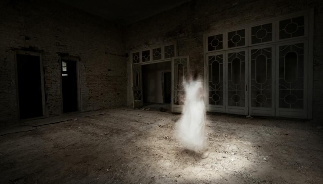 Enkelte ser «klassiske» spøkelser, men de aller fleste hører en lyd i trappen eller merker en pust på armen, selv om ingen andre er i nærheten. Forsker etterlyser hjelp: Hva skal vi kalle slike opplevelser?  (Illustrasjonsfoto: Shutterstock, NTB scanpix)