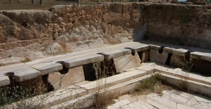 Rester etter en romersk latrine. De offentlige toalettene hadde ingen båser som lot deg gjøre ditt fornødne i fred. Noen av disse latrinene hadde plass til 20 stykker av gangen.  (Foto: Craig Taylor.)