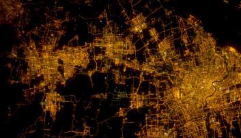 Shanghai fra verdensrommet. Dette er en av verdens største byer, og det bor mer enn 24 millioner mennesker innenfor bygrensa. (Foto: NASA)