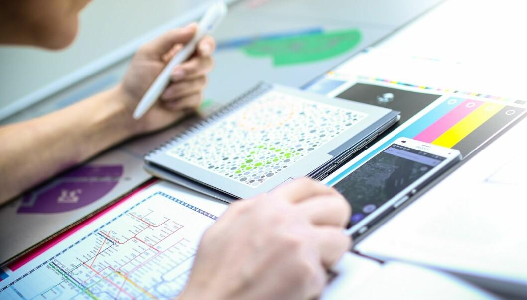 Anne Kristin Kvitleved Fargelaboratoriet ved NTNU ser på om det er mulig å utvikle skjermkart med farger som er skreddersydd fargesynet til hver enkelt. (Foto: Anders Gimmestad Gule, NTNU Gjøvik)
