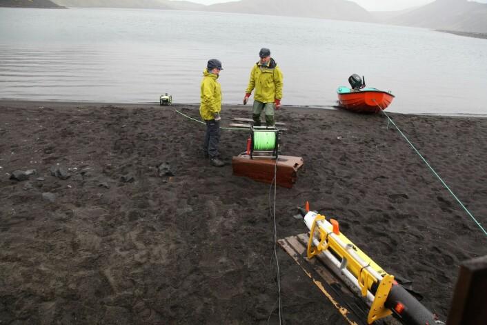 Astrid Lyså og Eiliv Larsen fra NGU i arbeid med Vitenskapsmuseets ROV som ble brukt for å kartlegge bunnforholdene i Nordlaguna.  (Foto: Martin Ludvigsen, NTNU)