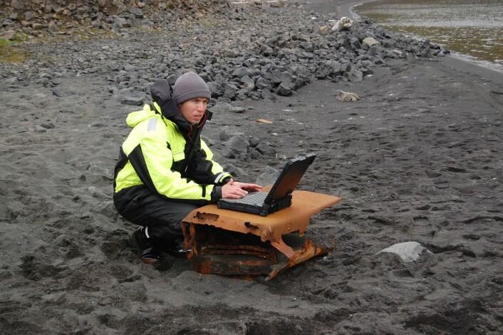 Martin Ludvigsen i arbeid på stranden ved Nordlaguna.  (Foto: Johanna Kristina Anjar, NTNU)