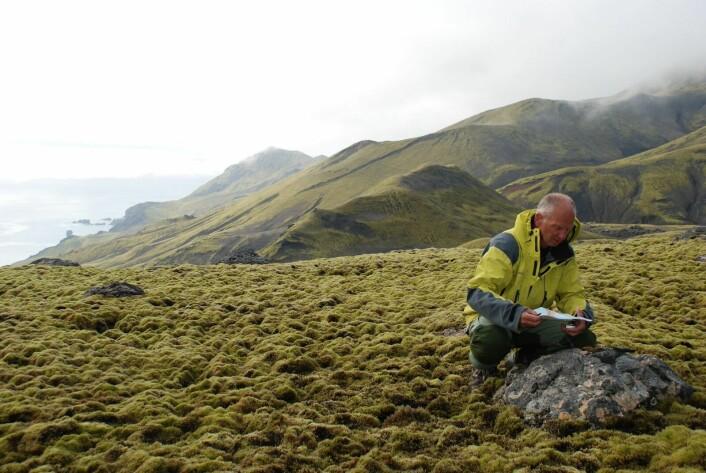 Eiliv Larsen vurderer om denne blokken som ligger i overflaten er transportert og avsatt av isbre, ettersom den da vil være egnet å prøveta for å datere når det skjedde.  (Foto: Astrid Lyså, NGU)