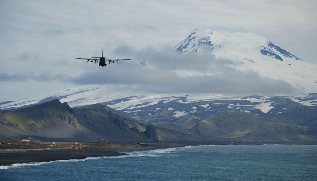 Innflyvning av Hercules til Jan Mayen. Et lett skydekke rundt den 2277 meter høye isdekte vulkanen Beerenberg.  (Foto: Astrid Lyså, NGU)