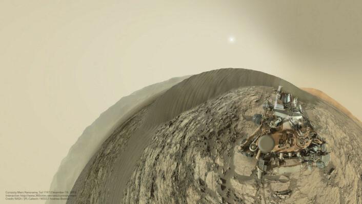Dette 360 graders panoramabildet er sammensatt av flere fotografier tatt med mastkameraet til Curiosity ved Namib-sanddynen den 19. desember 2015. (Foto: NASA / JPL / MSSS / Andrew Bodrov)