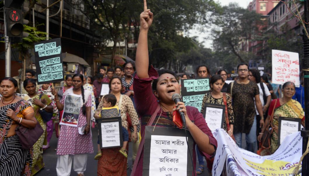 IMAGES-surveyen om likestilling, som er utformet etter den norske malen, gjorde det klart at India har et alvorlig problem i forhold til voldtekt og vold mot kvinner. Bildet viser indiske kvinneaktivister og transkjønnede i en demonstrasjon mot seksuell trakassering, i byen Kolkata, 8. desember 2015.  (Foto: Abaca, Scanpix)