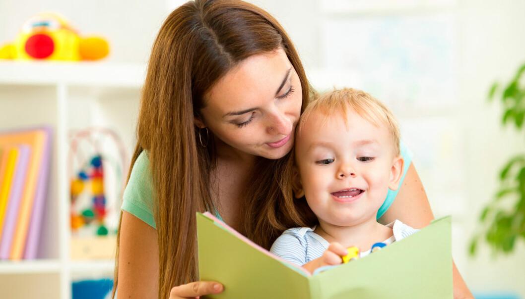 Bøker bringer foreldre og barn sammen, mens elektroniske leker overtar, ifølge en amerikansk studie av smårollinger mellom 10 og 16 måneder. (Foto: Shutterstock)