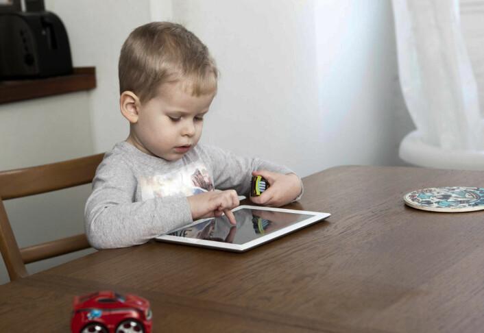 Elektroniske leker kan isolere små barn hvis de ikke lages spesielt for å føre foreldre og barn sammen. Barnet på bildet er eldre enn barna i studien. (Illustrasjonsfoto: Corbis)