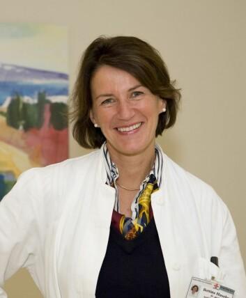 Personell på sykehjem og i hjemmetjeneste må få opplæring, mener Bettina Husebø, dr. med. på Universitetet i Bergen ved Senter for alders- og sykehjemsmedisin. (Foto: UiB)