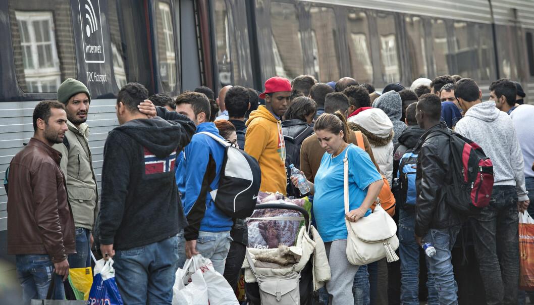 Syriske flyktninger fikk med seg at Sverige fra 2013 av ga alle syrere permanent oppholdstillatelse. Men etter høstens store flyktingstrøm til Sverige fjerner myndighetene muligheten. Her er syrere på vei til Sverige sammen med andre flyktninger i Danmark i fjor høst. (Foto: Claus Fisker, Scanpix Denmark)