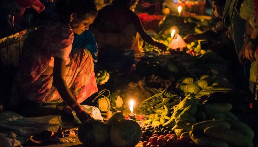 Selling fruit and vegetables in Kathmandu by  candle light: Power cuts are common in Nepal. (Photo: Kiril Rusev, flickr)